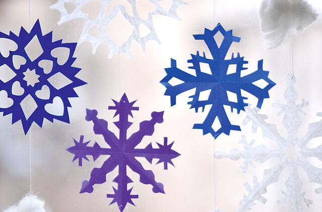 Es schneit, es schneit… – Winterliches Schneeflocken-Mobile!