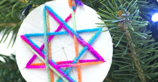 Winterlich, rund und kunterbunt: Weihnachtsanhänger aus Wolle und Karton