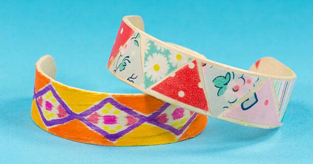 Erst abkühlen, dann basteln: Gestaltet hübsche Holzarmbänder!